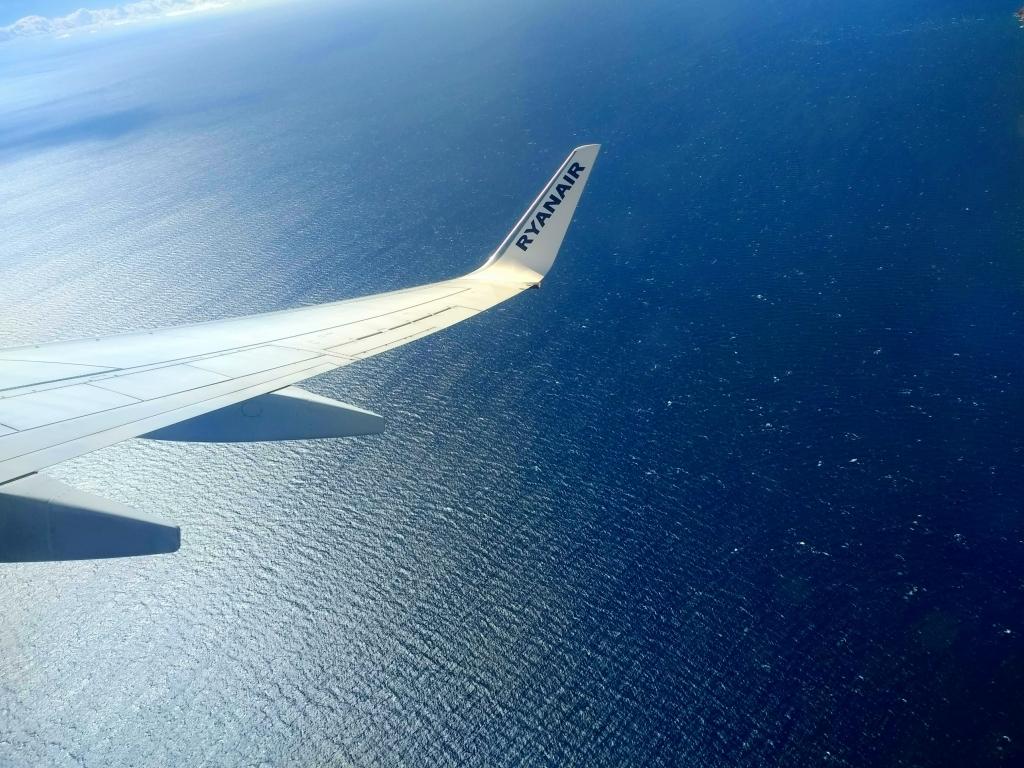 ryanair plane aviation wing